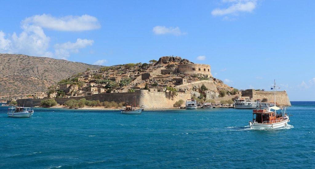 Blick vom Meer auf eine Festung auf Kreta