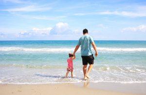 Vater mit kleinem Kind am Strand