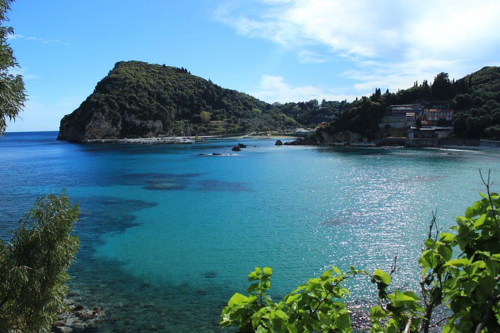 Bucht mit türkis-blauem Meer