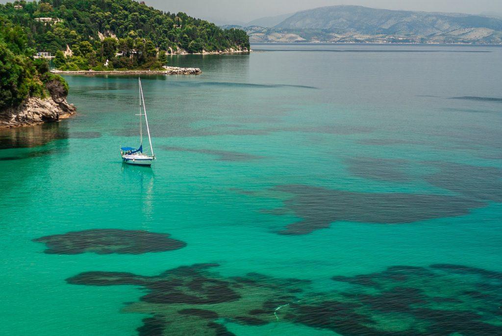 Türkisfarbenes Wasser und Segelboot bei Korfu