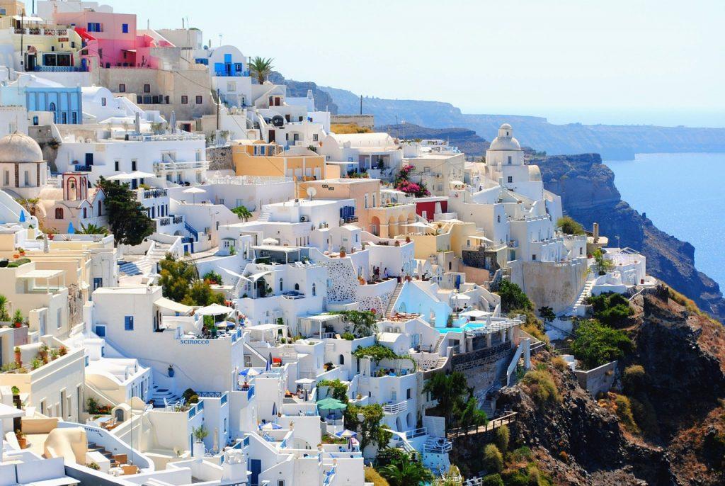 Blick auf die weißen Häuser am Hang von Santorini